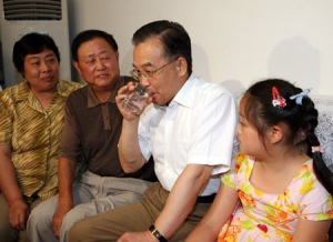 Premier Wen Jiabao drinks boiled tap water at a resident's home in Wuxi, east China's Jiangsu Province in 2007