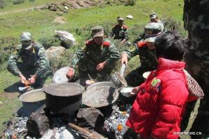 Soldiers boiling water for quake hit area in Tibet 2013